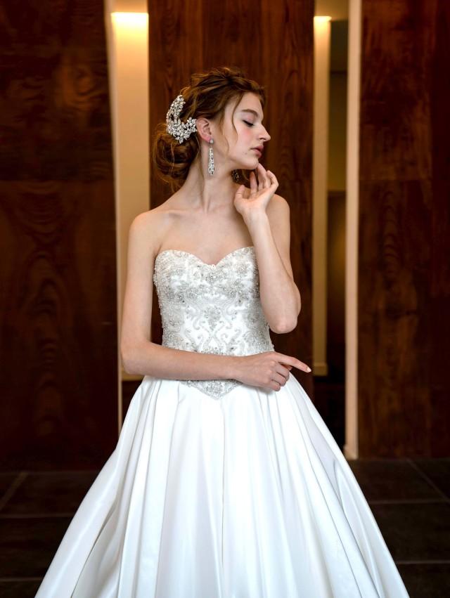 ウェディングドレス サテン Aライン ビジュー 刺繍 ロングトレーン